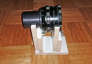 Anamorphot (Rectimascope) mit Halter (Seitenansicht)