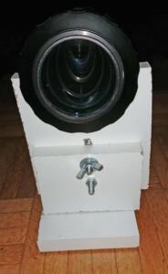 Anamorphot (Rectimascope) mit Halter (Vorderansicht)