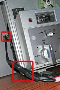 Y-Klinke-Kabel am Adapterstecker des Monitorausgangs des Elmo ST-1200