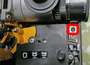 Schraube rechts zum Lösen des rückwärtigen Deckels des Braun Visacustic 1000